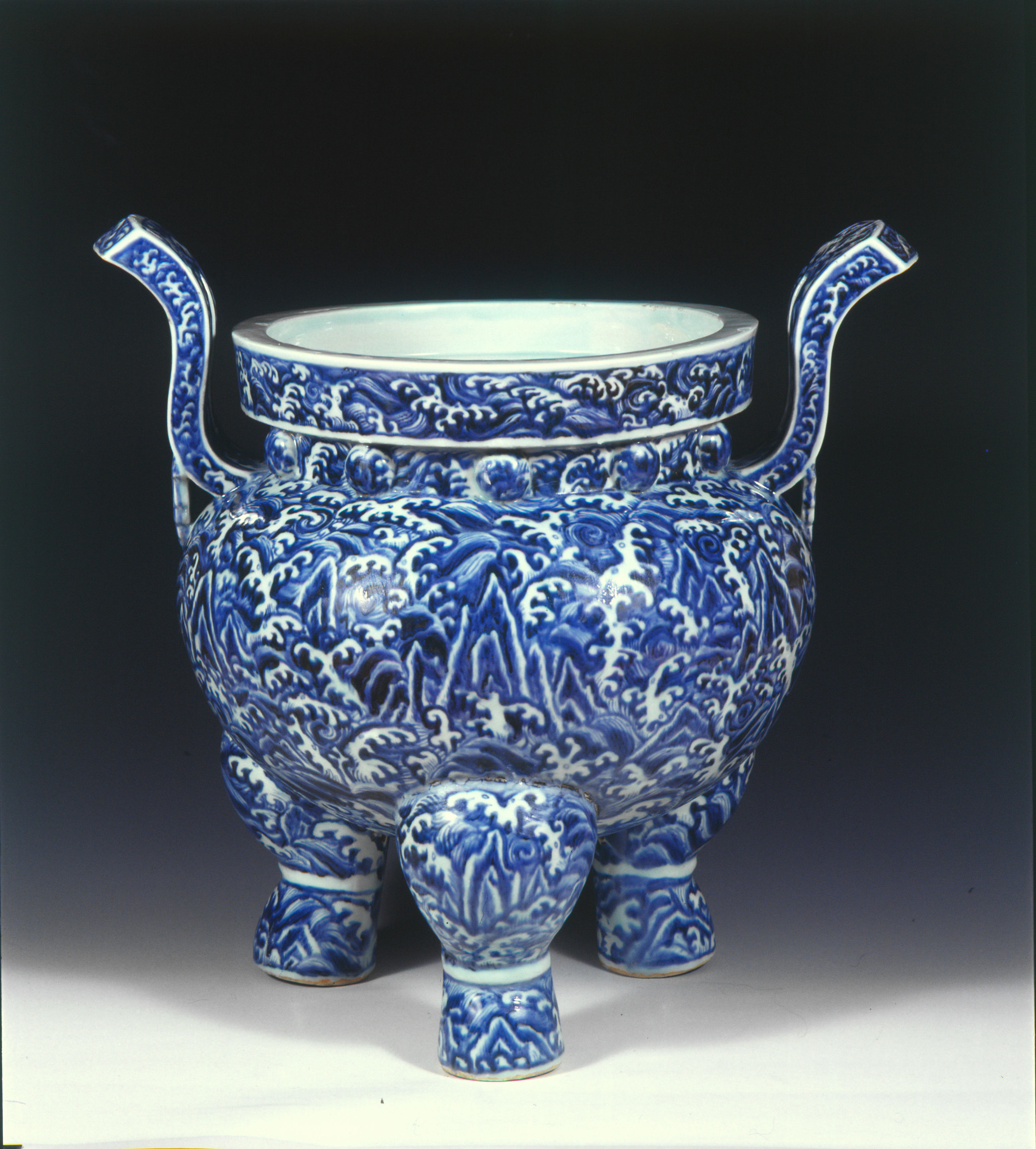 Blue and white porcelain stove. China, Ming Dynasty © Nanjing Museum/Nomad Exhibitions