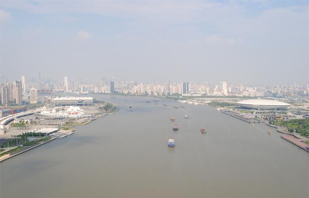 5 m2 km leegte aan weerszijden van de rivier