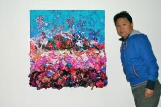 Zhuang Hong Yi bij een van zijn werken uit de Flower Series