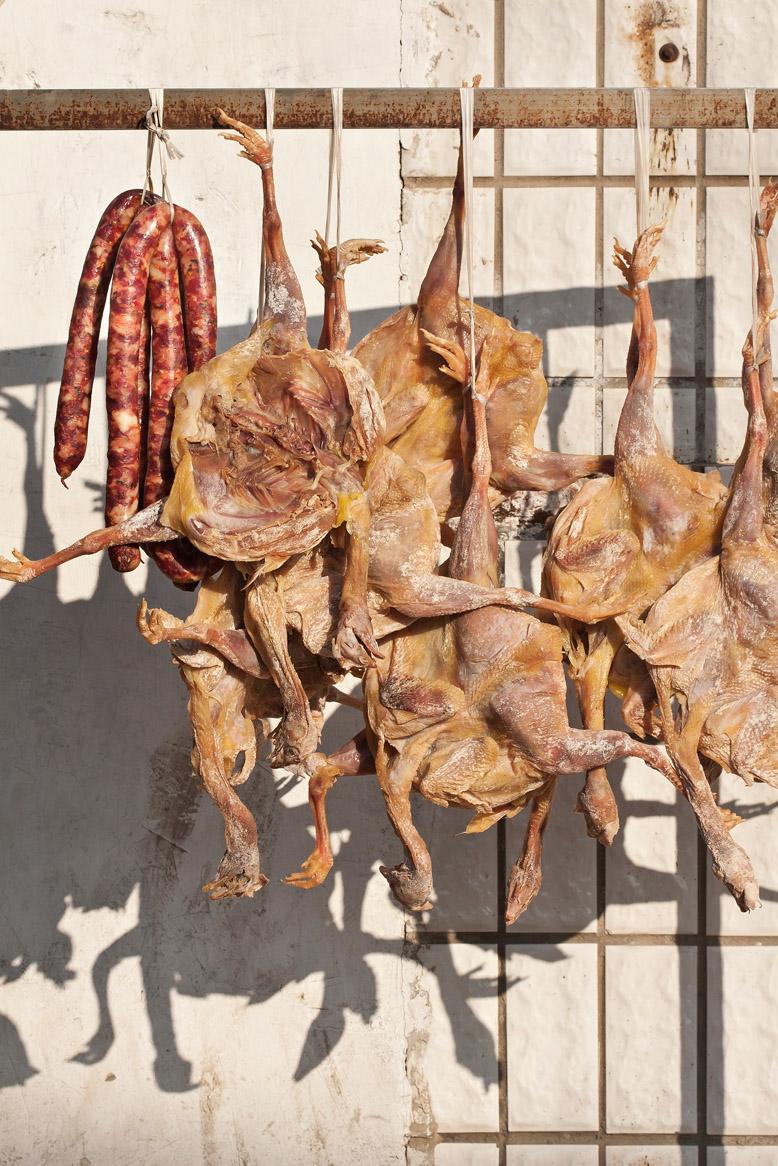 Vlees en worsten hangen buiten