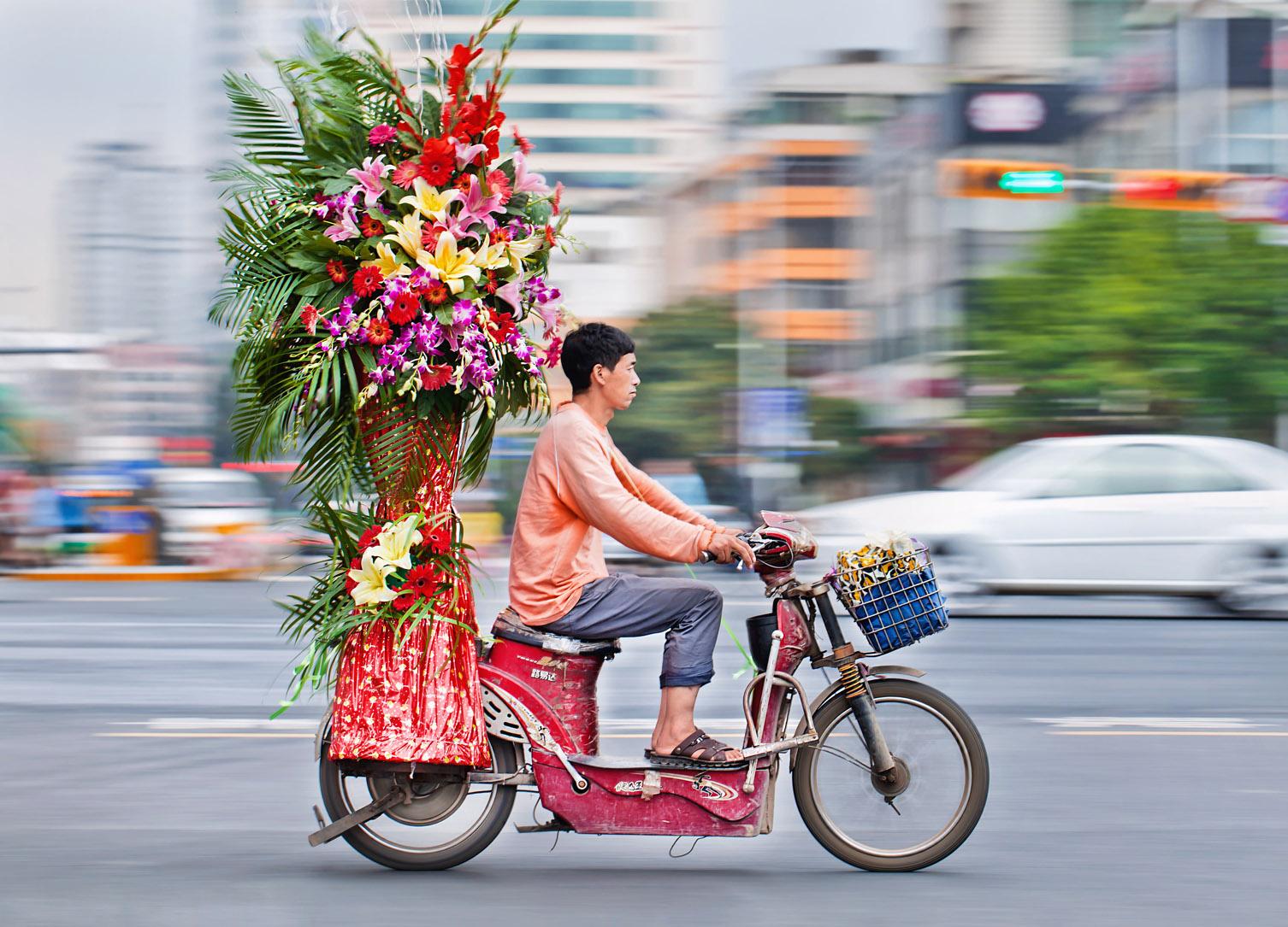 Mini-bloemencorso op de afgeragde e-bike