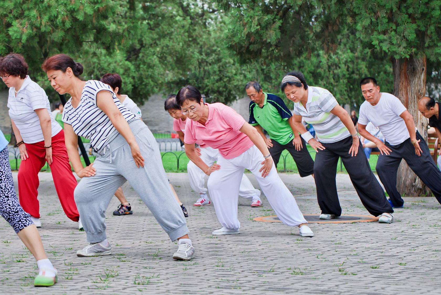 Overal waar je komt, zie je grote groepen mensen op straten en pleinen dansen en oefeningen doen