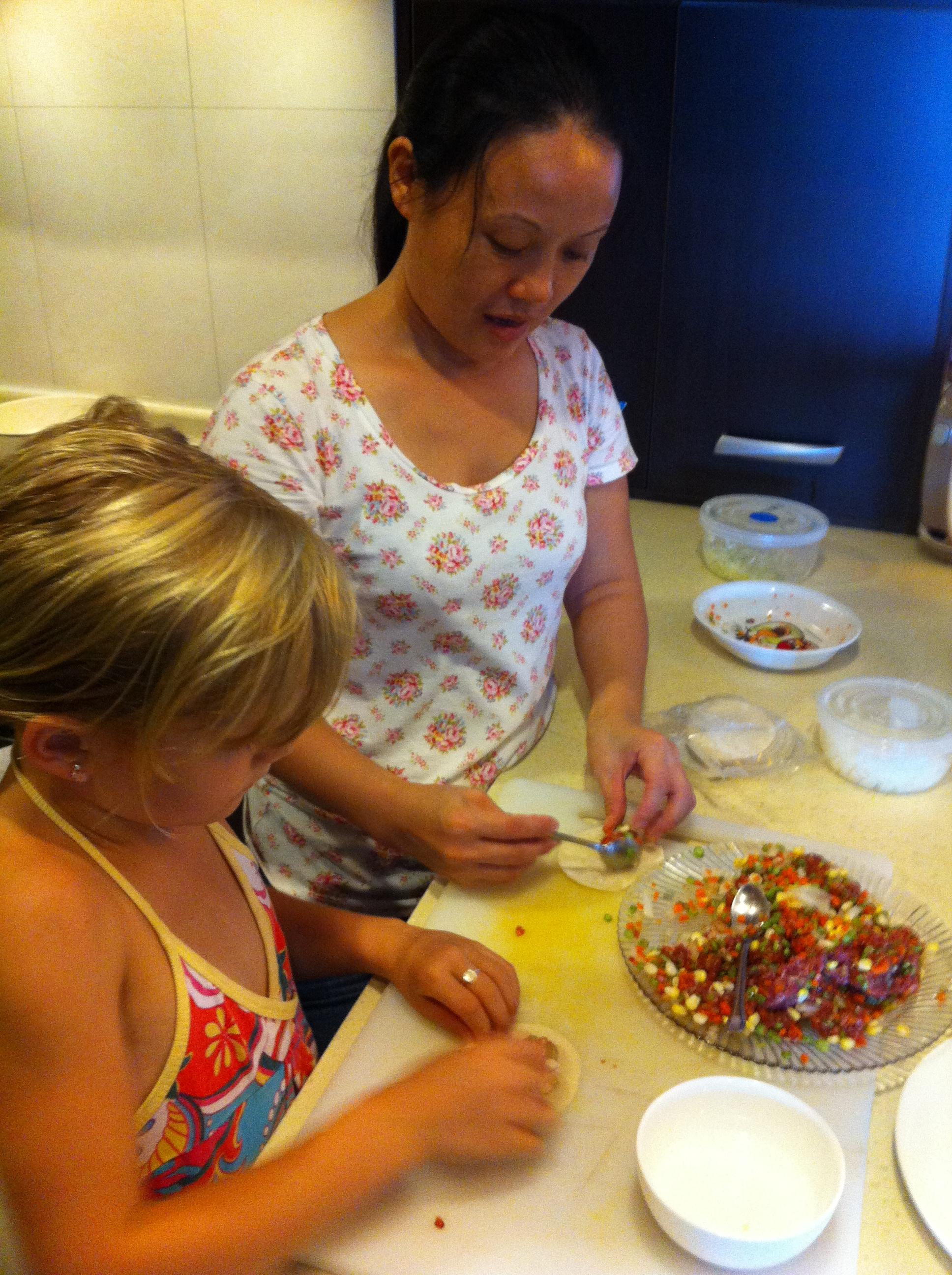 Gala mijn andere dochter leert dumplings maken van de ayi.