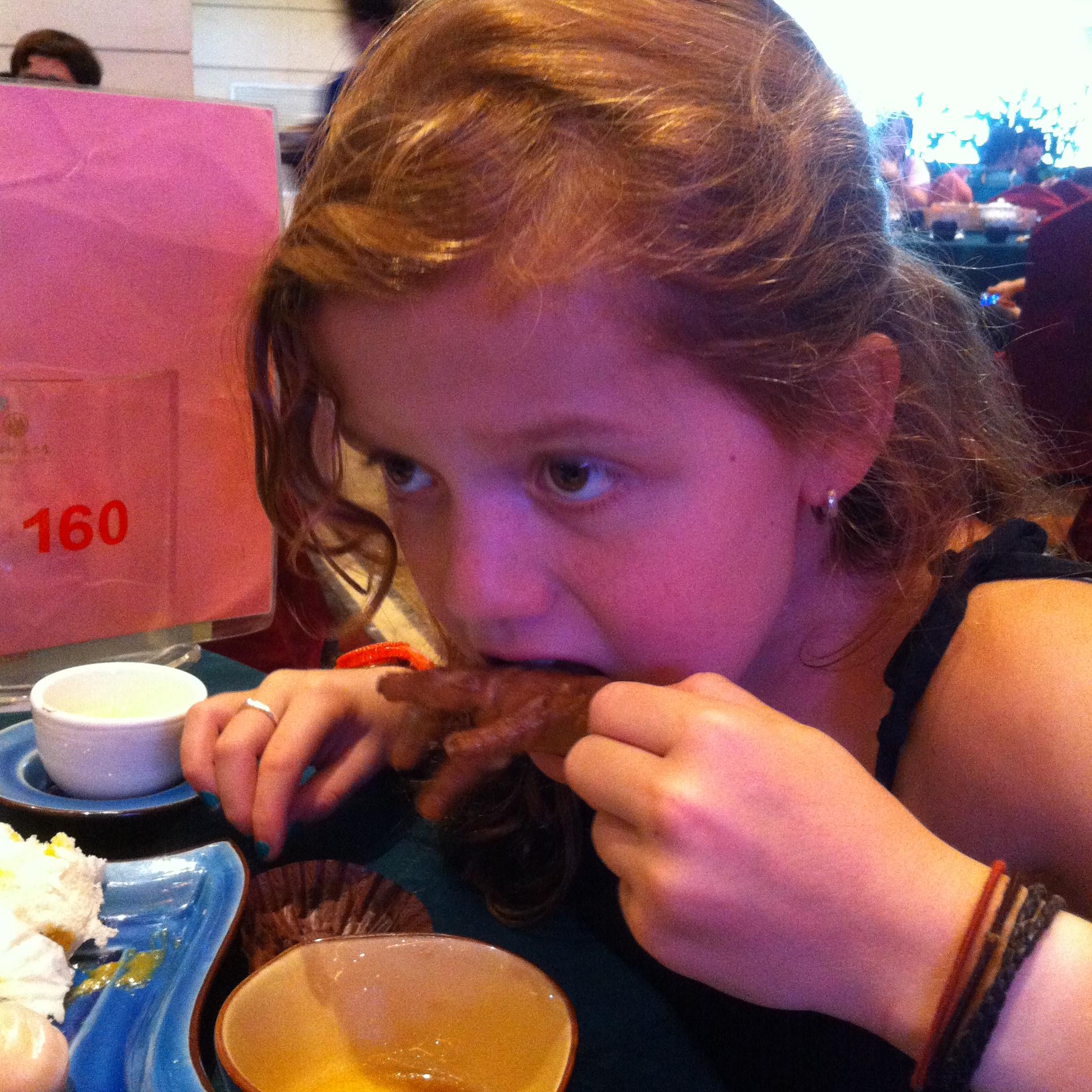 Zazi mijn oudste dochter eet kippenvoeten. Mooi om andere cultuur mee te geven aan kinderen.