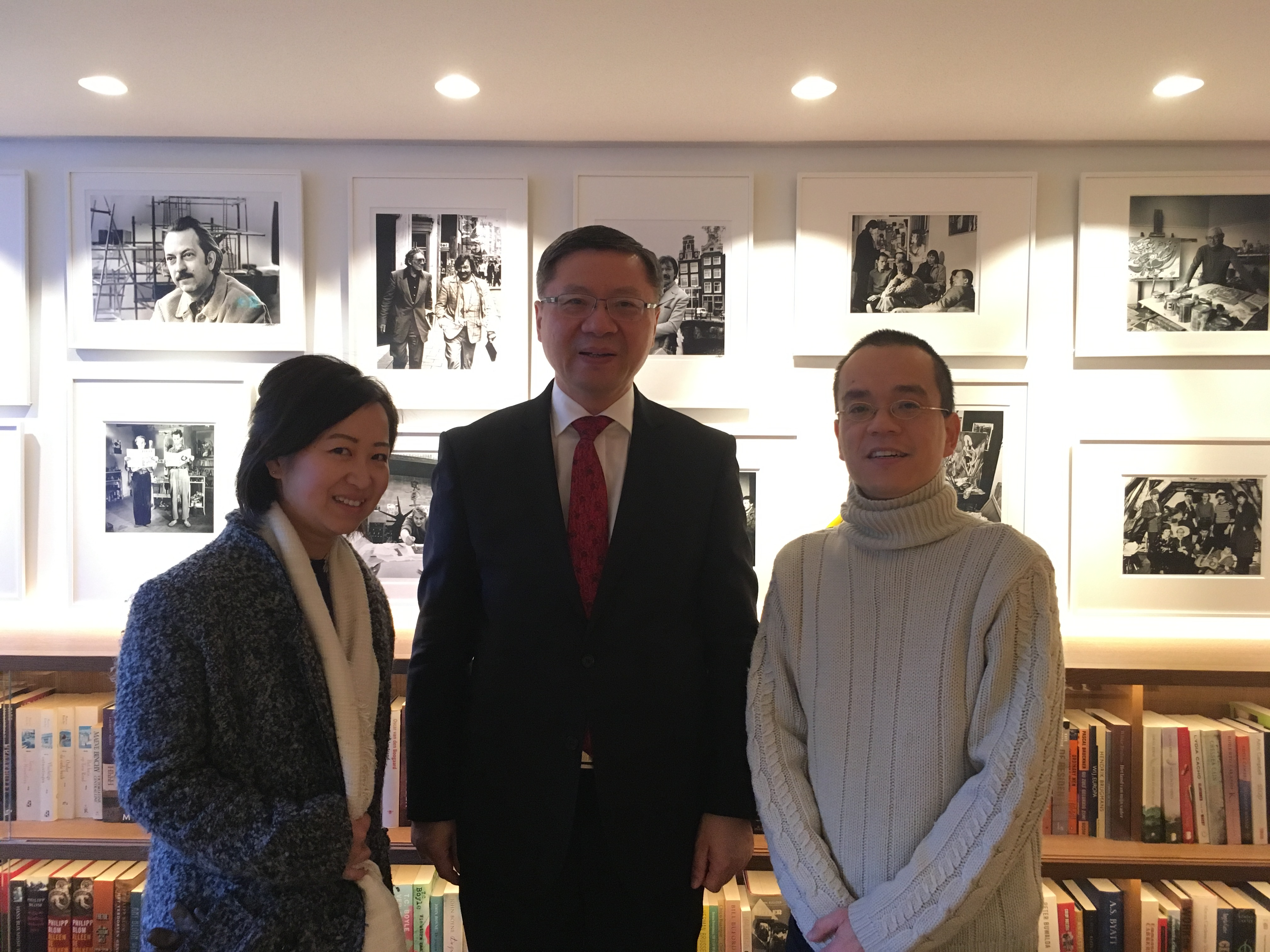 Professor Zhang Weiwei (middle), Miki Dai (photos, left) and Hong Tong Wu (text and interview, right)
